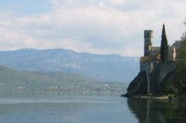 Abbaye d'Hautecombe au bord du lac du Bourget