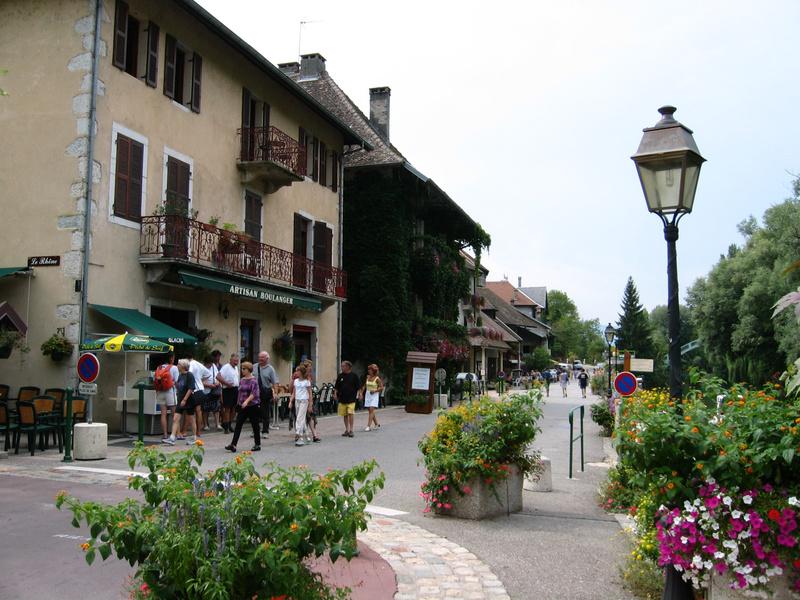 Rue touristique de Chanaz au bord du canal de Savières