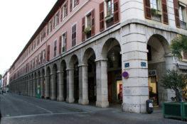 Les arcades depuis la Place St-Léger