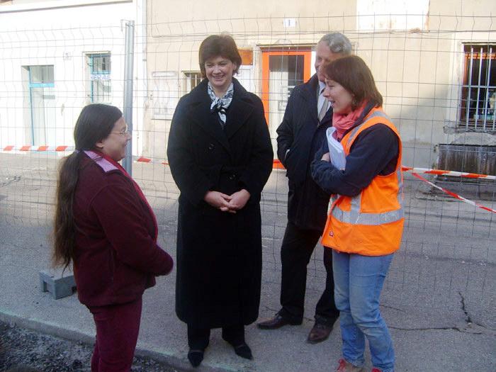 Mme Bernadette Laclais, maire de Chambéry, lors de la visite des fouilles des Halles le 24 avril 2008